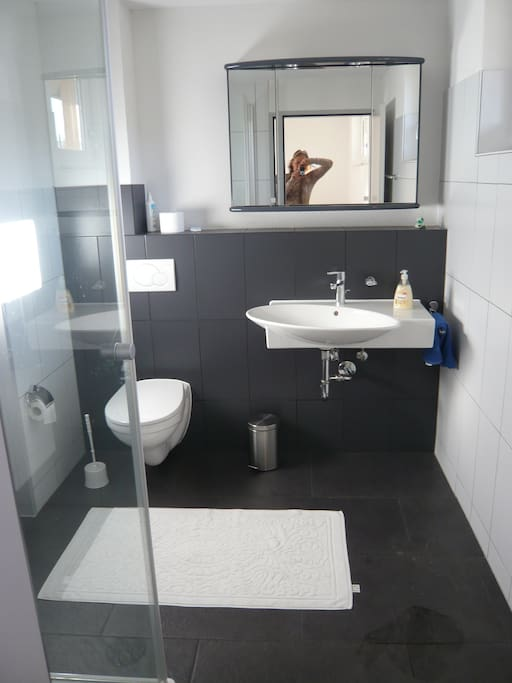 gepfleges, modernes Badezimmer direkt neben Schlafzimmer