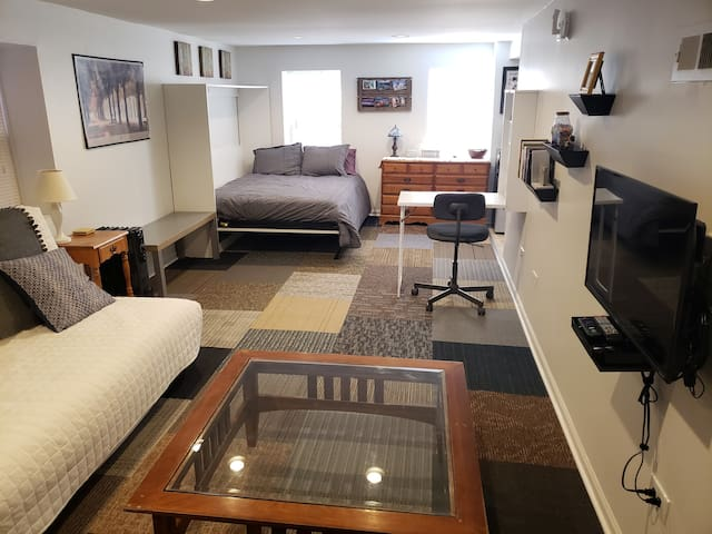 Cozy & Comfortable Studio Minutes from Downtown