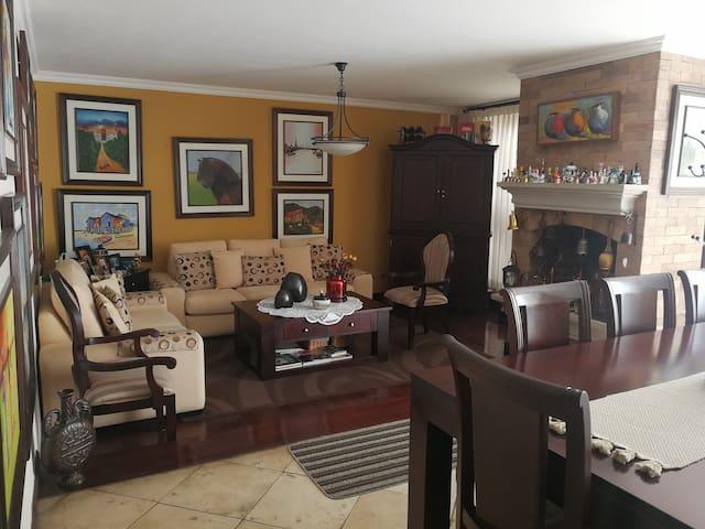 COMFORTABLE AND PRIVATE ROOM CASA DE LAS CAMPANAS