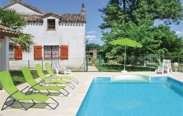 Holiday cottage with 5 bedrooms on 160m² in Montlauzun