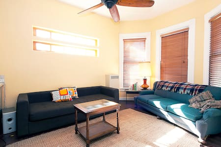 Private Parkside loft remodeled apt - Oakland - Casa