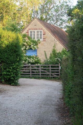 Garden cottage near Le Manoir Aux Quat' Saisons