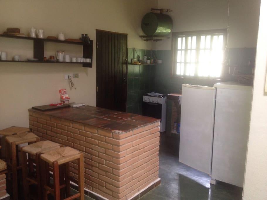 cozinha com geladeira, fogao 4 bocas novo e freezer vertical