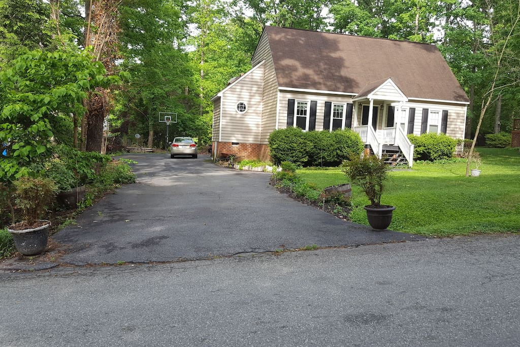 picture of front of house and driveway.