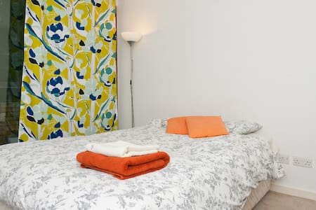 Cozy and bright double bedroom, with private bathroom with shower, balcony, in a charming duplex located in the IFSC area. Conveniently located within walking distance to City Center (15 min) and Grand Canal Dock Area (5 min). LUAS red line and Dublin Bus stop located in front of the building.