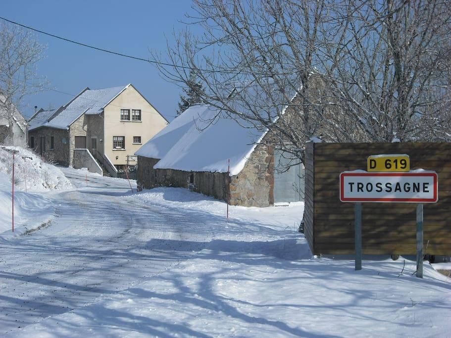 à 16 km de Super Besse, station de ski