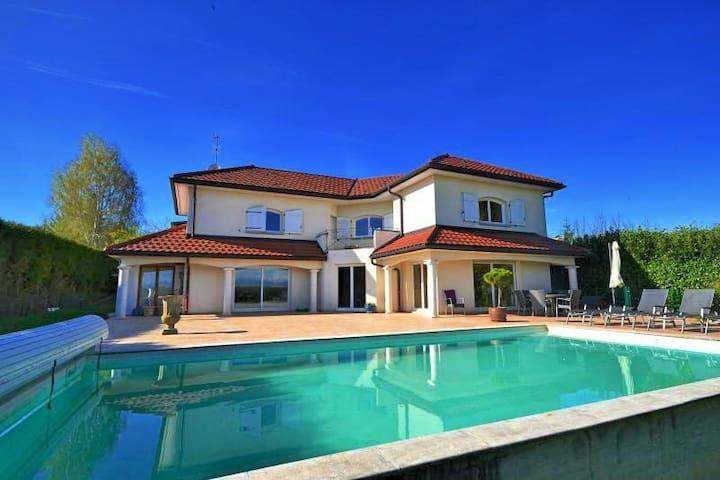 Villa de 210 m2 avec piscine - Sauverny