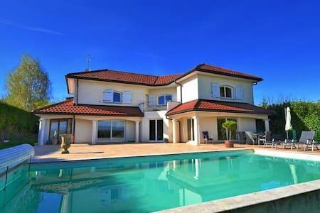 Villa de 210 m2 avec piscine - Sauverny - House