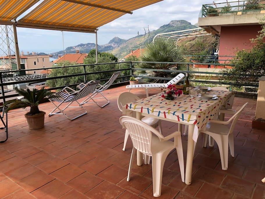 sullo sfondo la bellissima Taormina
