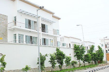 Gr8 2bed apartment in Banana Island