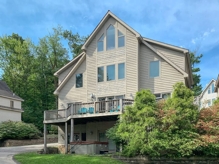 NEW! DOGS WELCOME! Lake Access Home w/Hot Tub & Foosball Table!