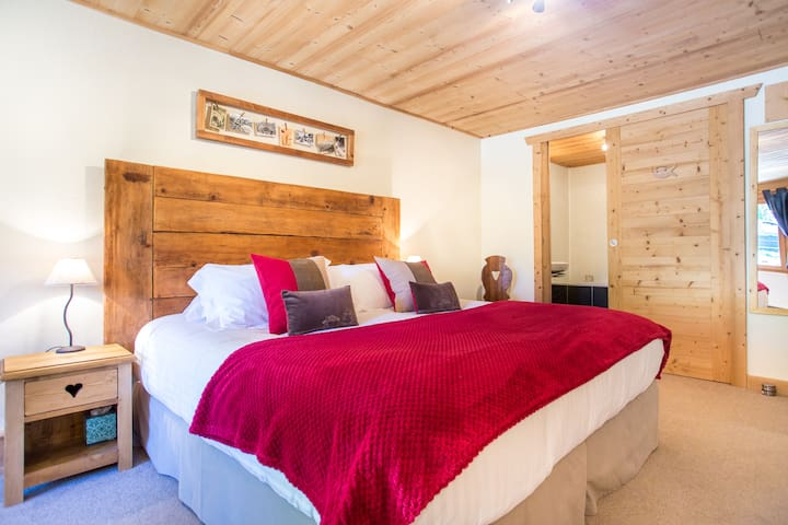 B&B Bedroom in an alpine chalet, Chatel (Owl)
