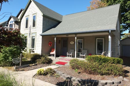 Bayside Cottage - WALK TO BEACH AND LAKE MICHIGAN!