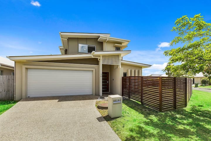 Lakeside Home near Kawana Sporting Precinct