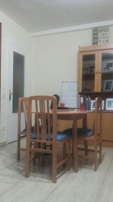 Dining table sits 4