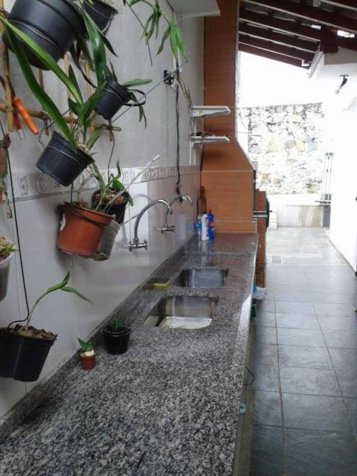 Área com churrasqueira e forno a lenha