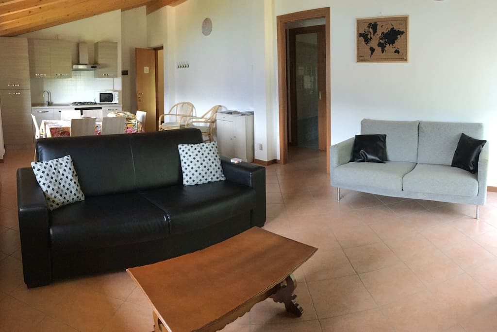 Zona giorno con divano e divano letto - Wohnraum mit Couch und Schlafcouch - Living room with sofa and sofa-bed