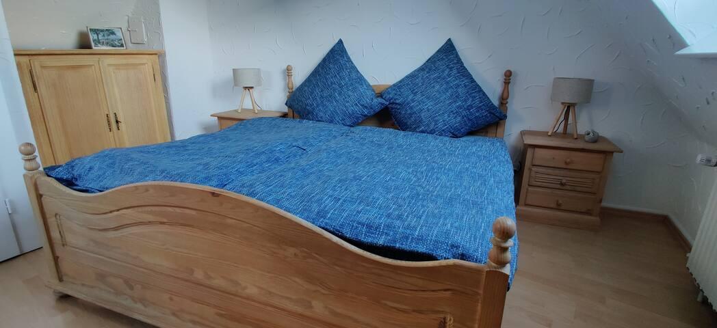 Schlafzimmer mit Massivholz-Möbeln