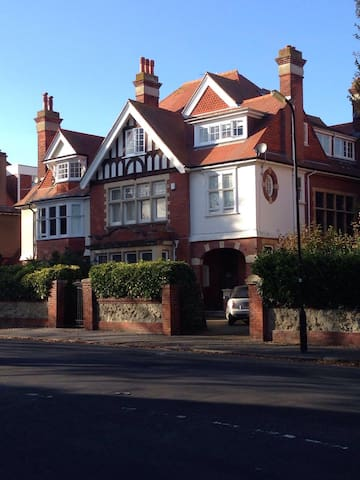 Large Edwardian Home close to Town Centre - Eastbourne - Huis