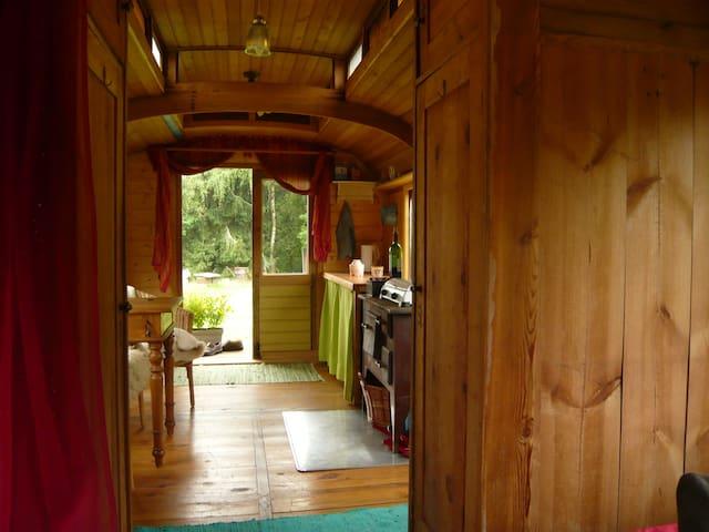 Zirkuswagen in der Natur über dem Egertal