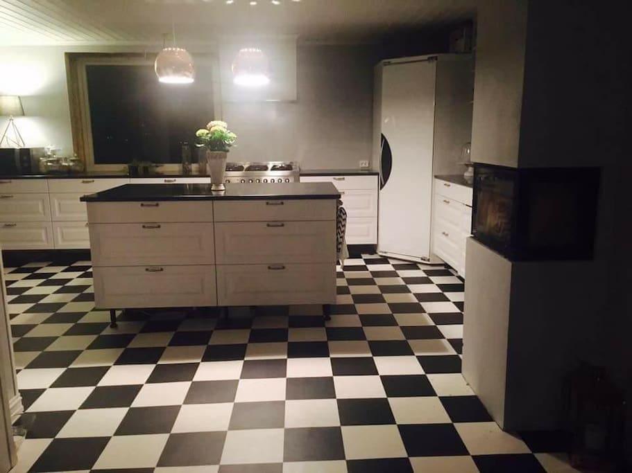 Kjøkkenet er romslig med ny peis, kjølerom, pantry