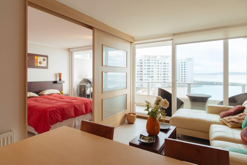 El dormitorio,  living y cocina americana tiene una maravillosa vista a la laguna y al mar.