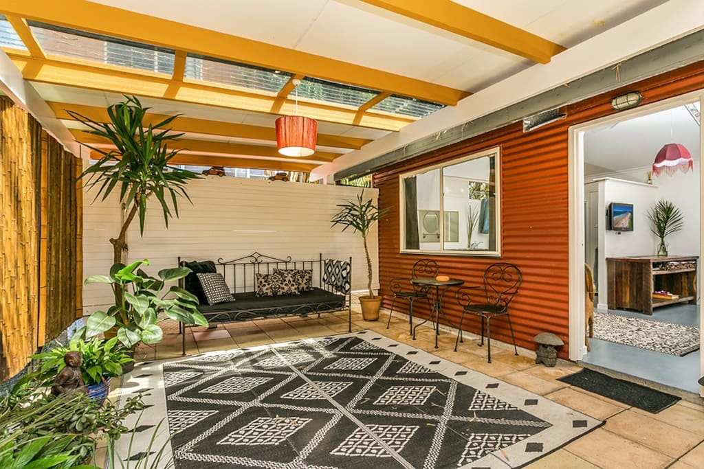 This is the separate self contained studio covered outdoor courtyard with a day bed private from the main house.