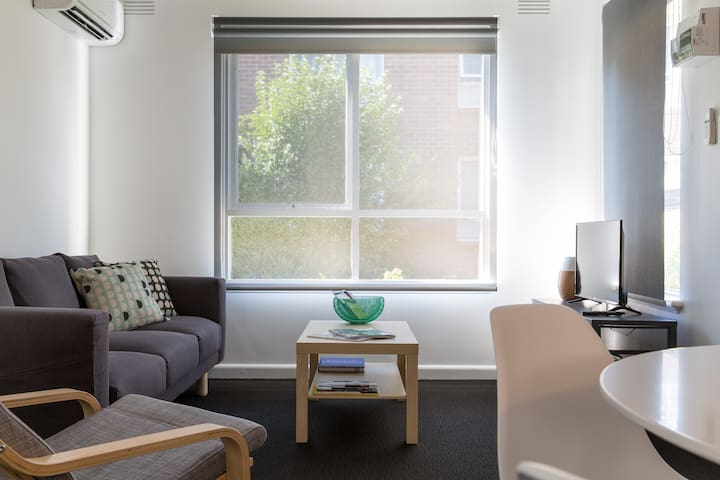 Beautiful 2 bedroom apartment, free wifi & parking - Murrumbeena - Leilighet
