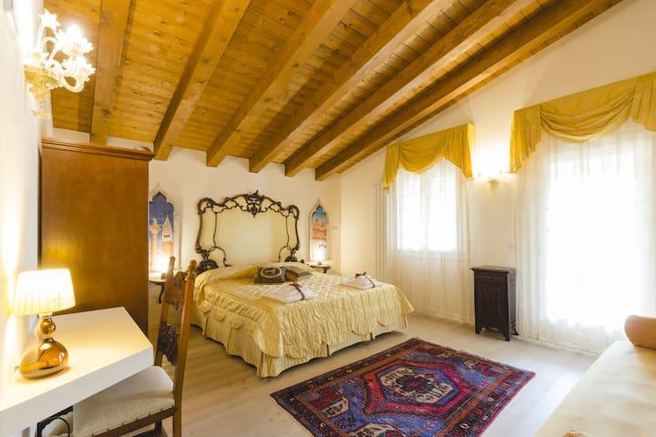 Camera Venezia, dotata di terrazza vista giardino, televisione, aria condizionata e letto matrimoniale lungo 2, 10 mt.