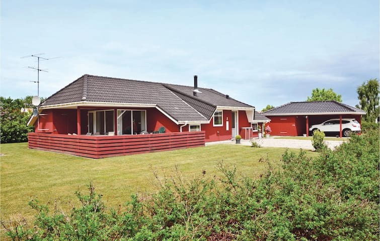Holiday cottage with 4 bedrooms on 124m² in Otterup