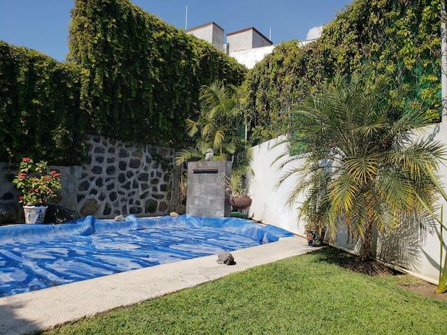 Jardín con alberca