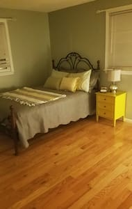 Guest room with double bed and plenty of space! - Shrewsbury - Rumah