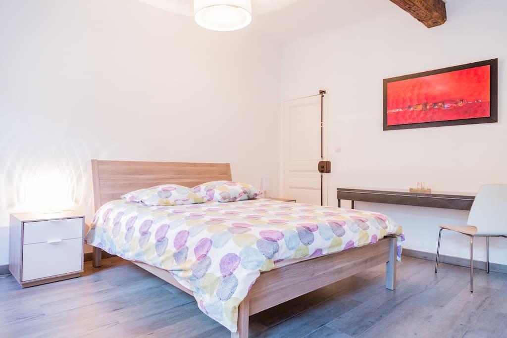 chambre spacieuse avec lit en 160