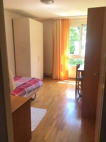 Private bedroom for Females! 10 min from the UN!