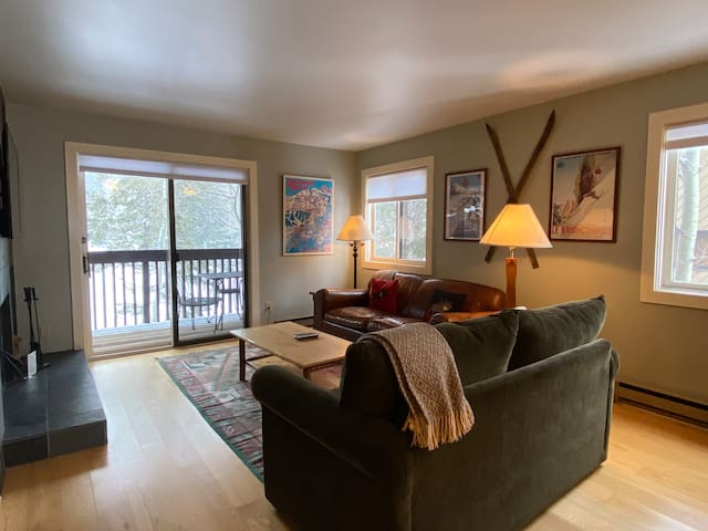 Condo by Moose Creek Lift & Hot Tub King & sofabed