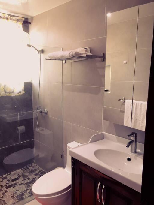 Baños modernos, cuenta con agua fria y caliente, toallas, cortina y esponjas.