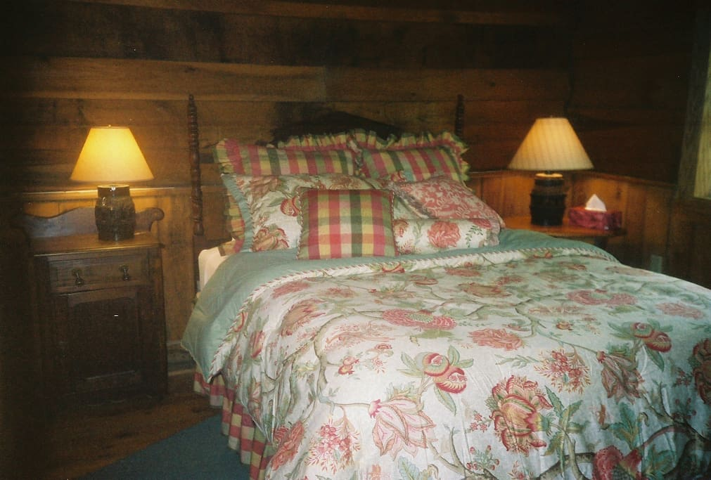 Amazingly comfortable queen bed, luxury bedding & some country antiques.