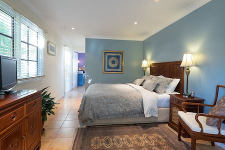 Elegant, private and spacious airconditioned suite - Macleay Island - Bed & Breakfast