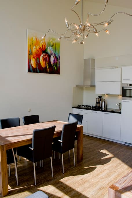 Ruime leefruimte met open keuken