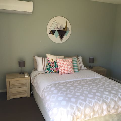 Warm sunny private room with ensuite & courtyard - Lower Shotover - Maison