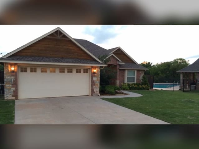 Queen with Full Bath & Gym Access - Edmond - Ev