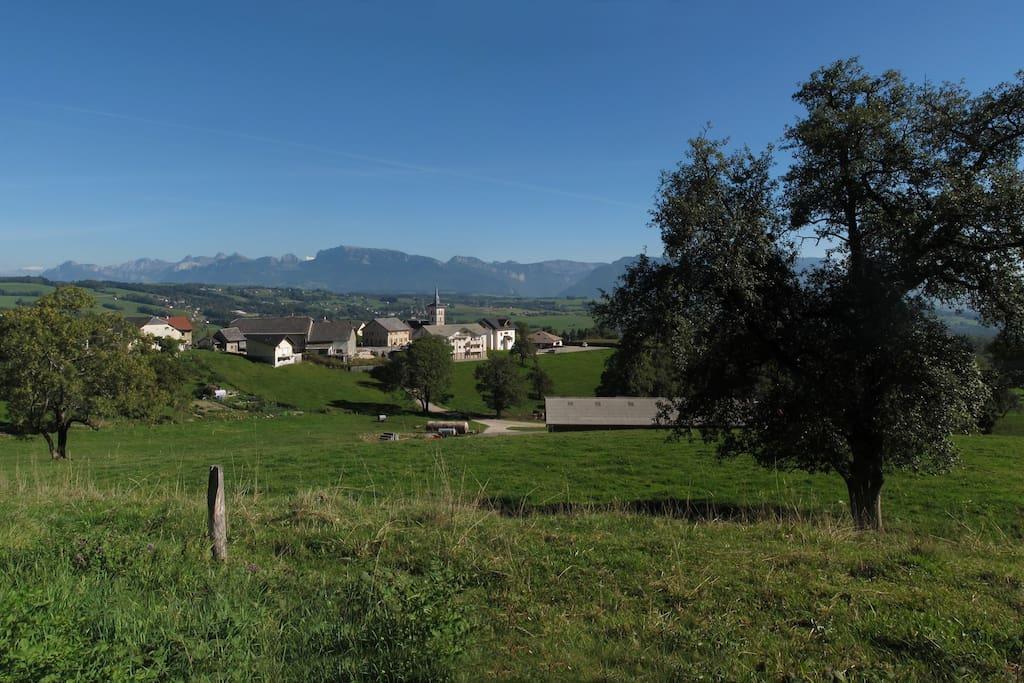 Vue du village par la route de Cruseilles