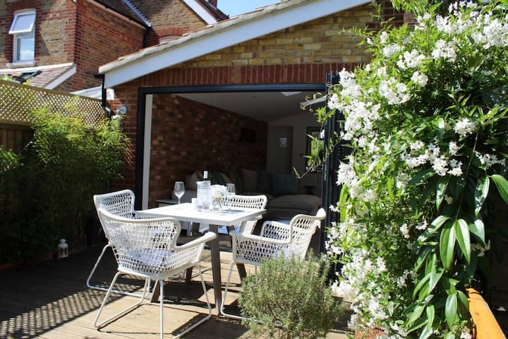 Great location-2 bedroom flat with private garden