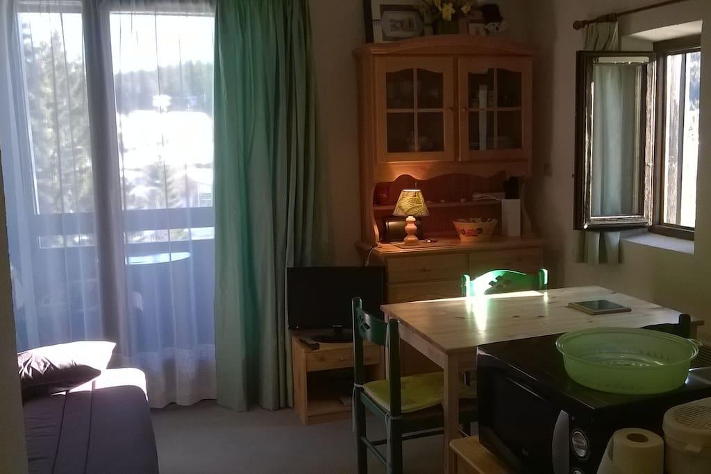 studio chaleureux et lumineux