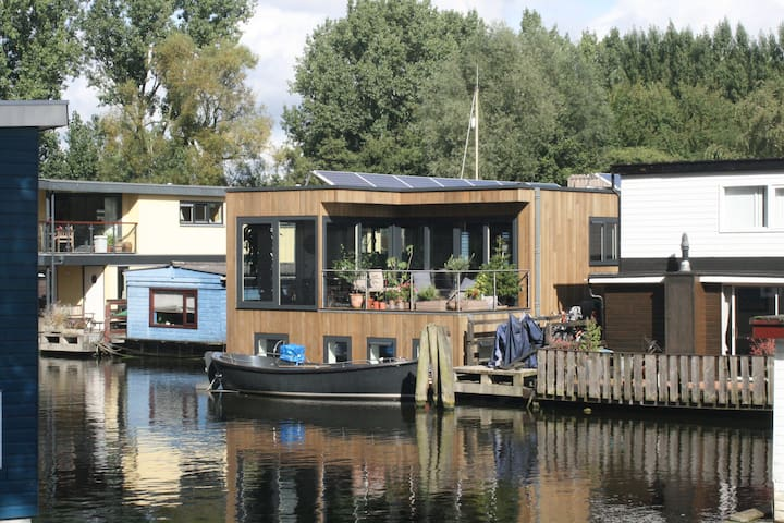 Nova Houseboat area. The roof terrace of the Airbnb apartment is in picture no 5.