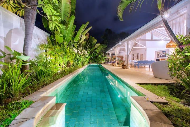 Villa Jolanda, 20m pool. Few mins walk to Oberoi