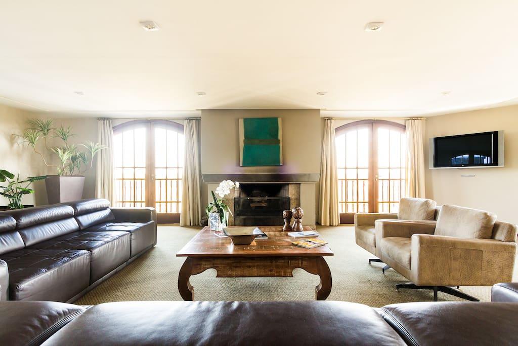 sala de estar com lareira no andar térreo do empreendimento