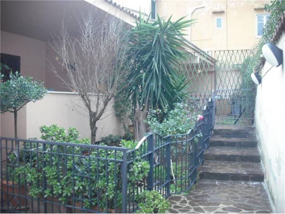 Ingresso e giardino
