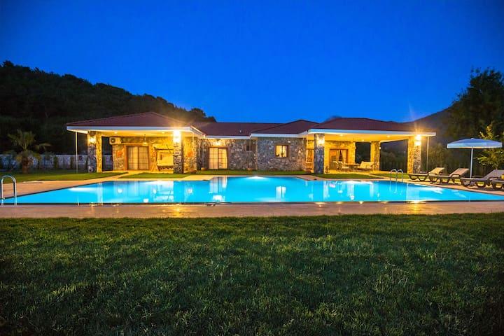 Fethiye'de Ultra Lüks Büyük Havuzlu Taş Villa