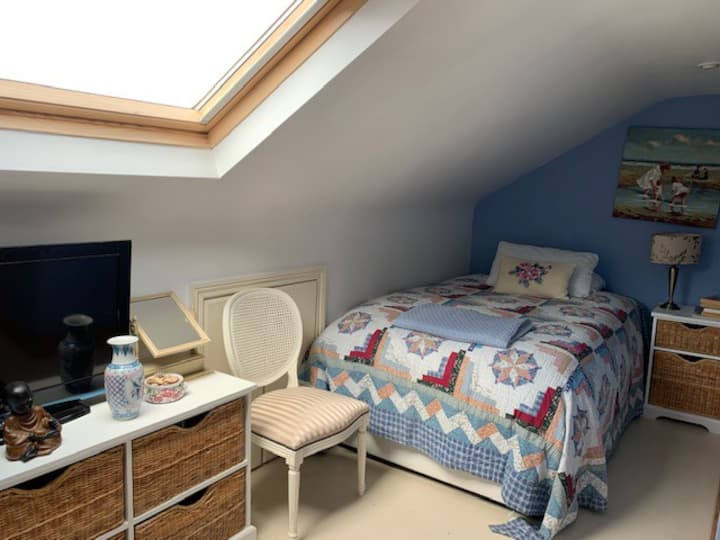 Double ensuite bedroom with additional single bed